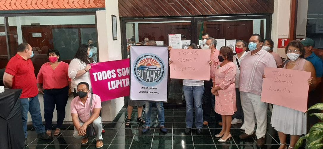 Irrumpen trabajadores la conferencia de prensa del presidente de la Jugocopo.