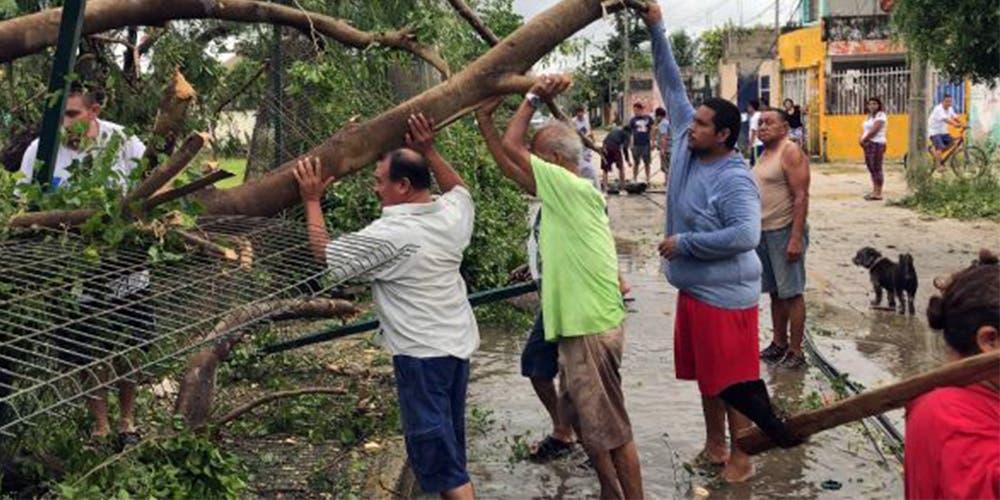 Ciudadanos suman esfuerzos y limpian las calles tras el huracán Delta