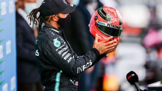 Hamilton recibe casco de Michael Schumacher