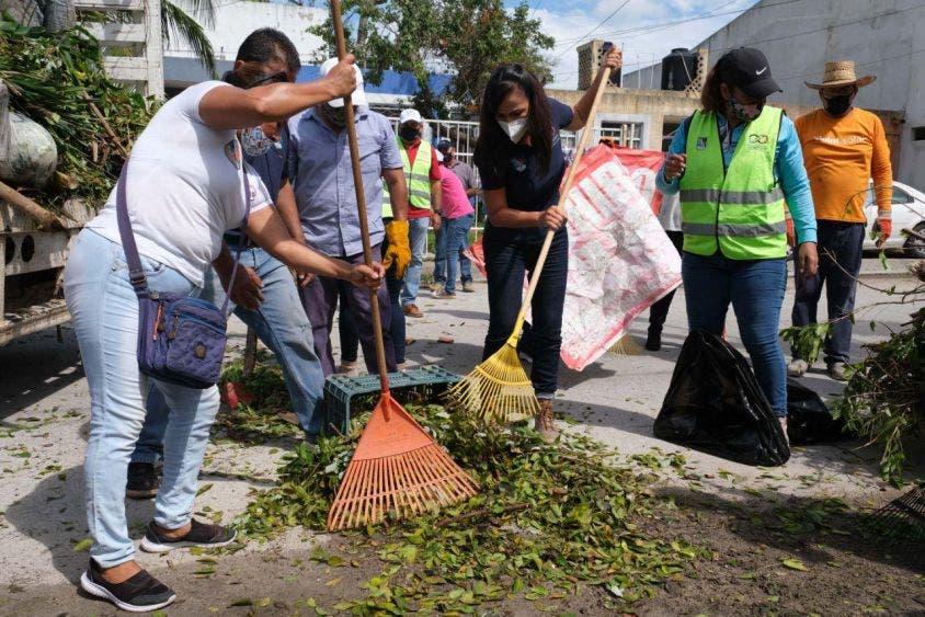 """Supervisa Laura Fernández limpieza y recuperación de imagen urbana de Puerto Morelos, que cuadrillas municipales llevan a cabo luego del paso del huracán """"Zeta"""" por territorio portomorelense"""