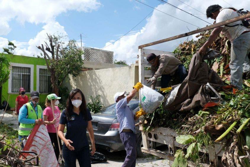 La alcaldesa recorre calles del fraccionamiento Villas Morelos 1, donde saluda a brigadistas y vecinos que se han sumado a las labores