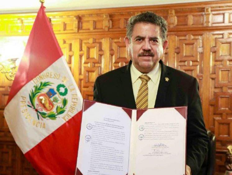 Manuel Merino, jefe del Congreso, asumirá presidencia de Perú