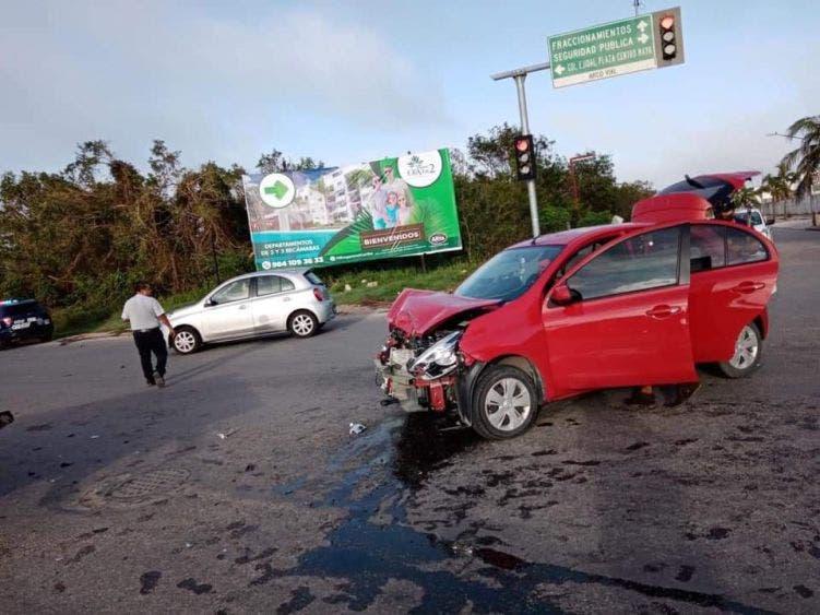 Provocan patrulleros aparatoso choque en Playa del Carmen; el accidente contra un auto particular ocurrió en un cruce.