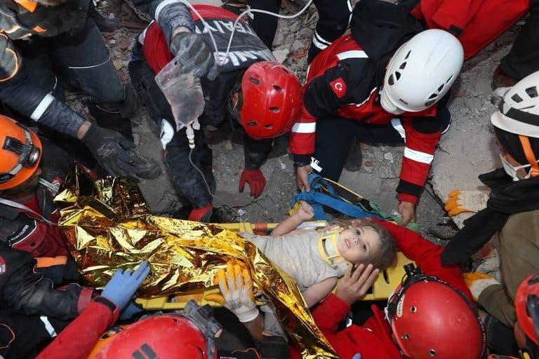¡Conmovedor!, en Turquía rescatan a niña tras pasar tres días bajo escombros