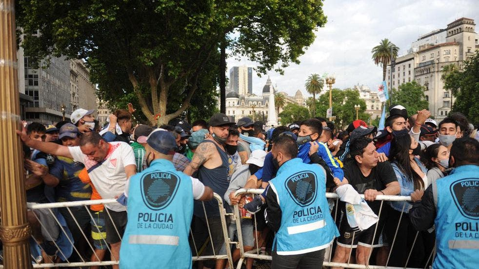 El amor a Maradona supera al miedo al Covid en Argentina.