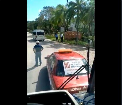 Taxistas de la isla bloquean camión de transporte turístico
