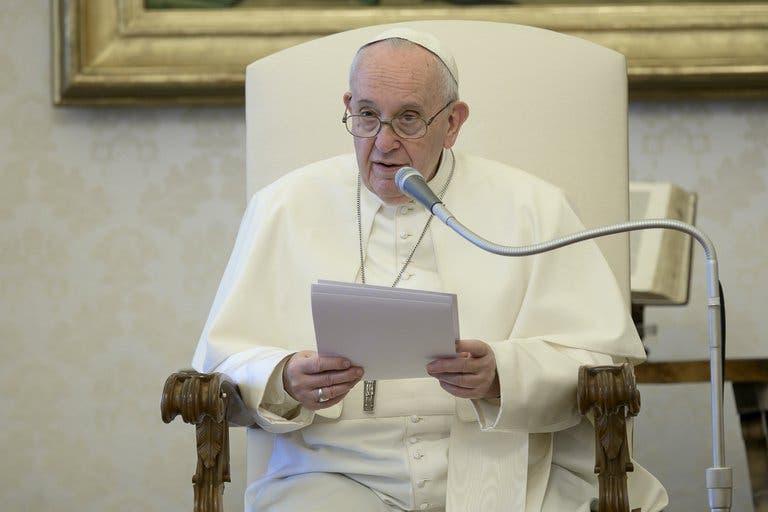 Pide el Papa a jóvenes luchar contra la cultura de 'usar y tirar'; el consumismo desactiva la originalidad y homogeneiza a la sociedad.