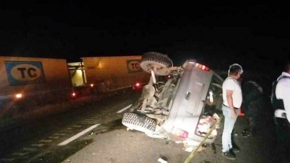 ¡Mortal choque! Mueren 4 policías estatales en accidente carretero