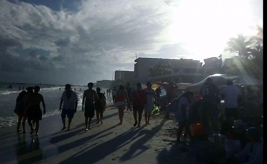 Bañistas se olvidaron de las medidas contra Covid en Playa del Carmen.