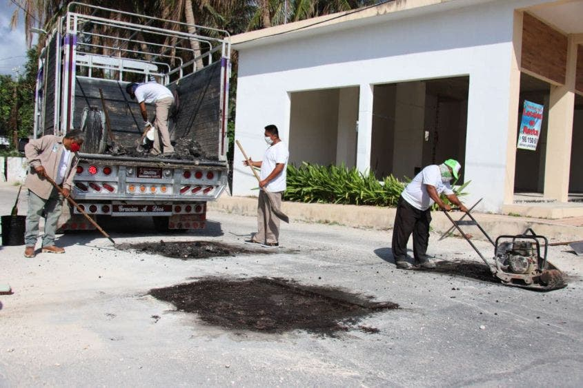 Intensifica gobierno de Laura Fernández labores de bacheo en Puerto Morelos, a fin de terminar con este problema generado por semanas de intensas lluvias en la zona norte de Quintana Roo
