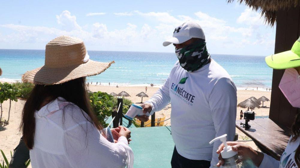 Se mantienen cerradas tres playas en Cancún