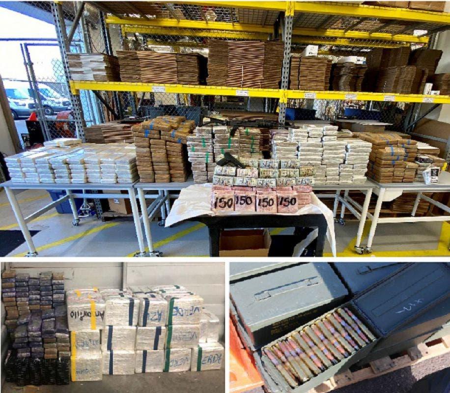 Paquetes de droga y dinero decomisados por miembros de la DEA en San Diego.