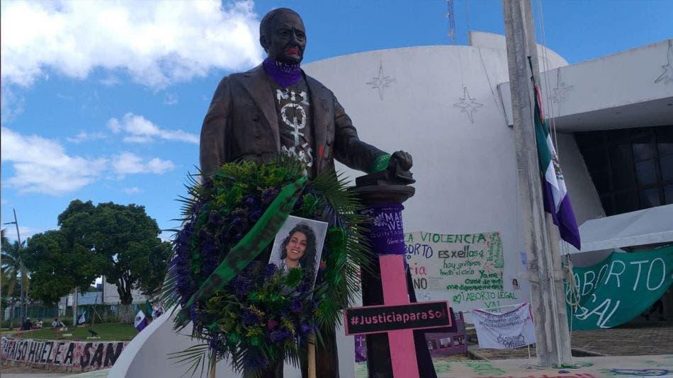 Grafitean feministas estatua de Andrés Quintana Roo en Chetumal