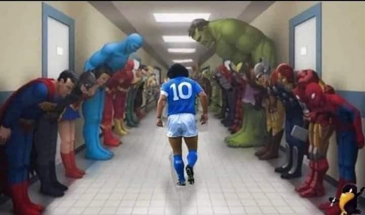 Los súper héroes rinden pleitesía a Diego Armando Maradona.