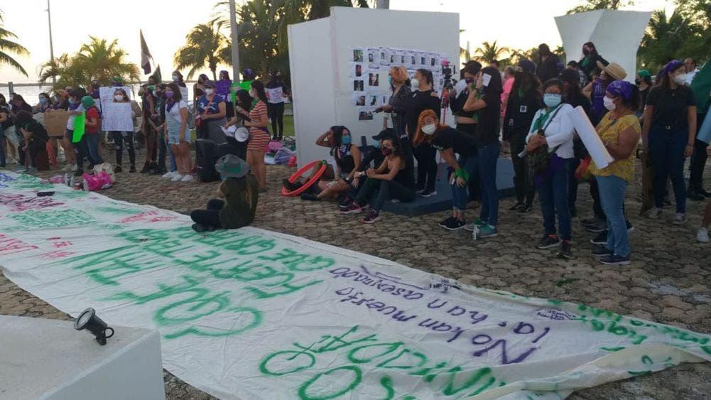 Se manifiestan pacíficamente colectivos feministas en Chetumal