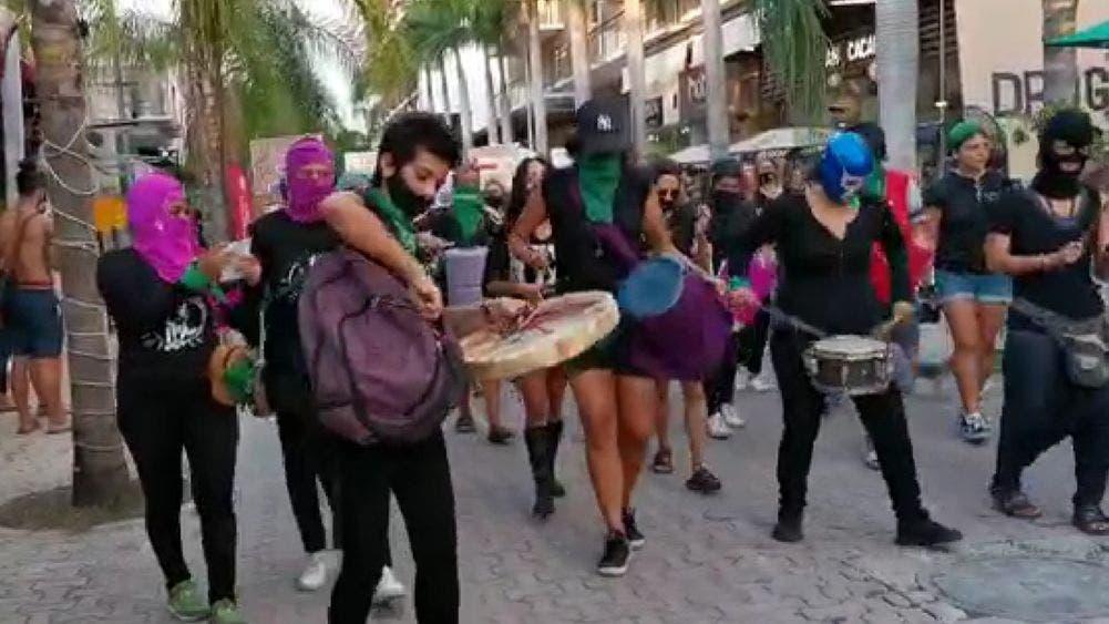 Transcurre pacíficamente marcha feminista en Playa Del Carmen