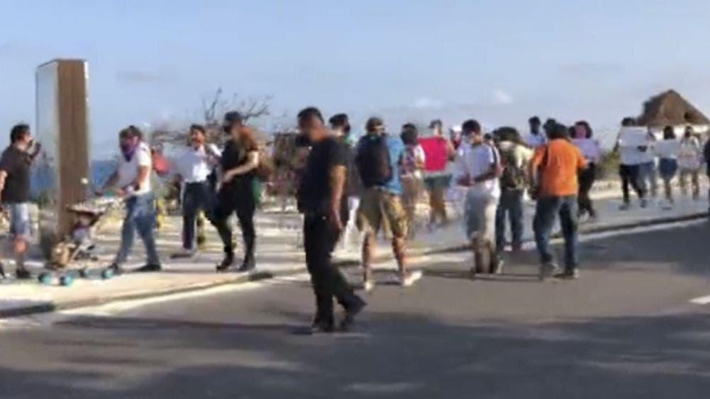 Marchan feministas en zona hotelera de Cancún