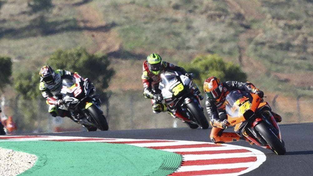 Video: Espectacular accidente de moto GP, piloto se salva de morir arrollado
