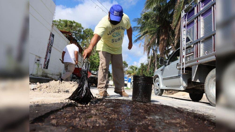 Intensifica gobierno de Laura Fernández labores de bacheo en Puerto Morelos