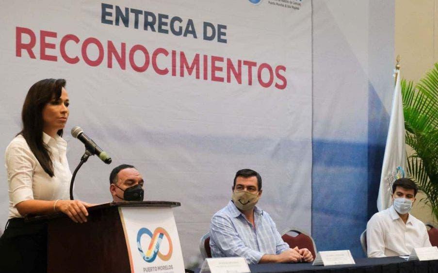 """Entrega Laura Fernández reconocimientos a trabajadores de la industria turística de Puerto Morelos, por su gran labor durante las contingencias generadas por los huracanes """"Delta"""" y """"Zeta"""""""