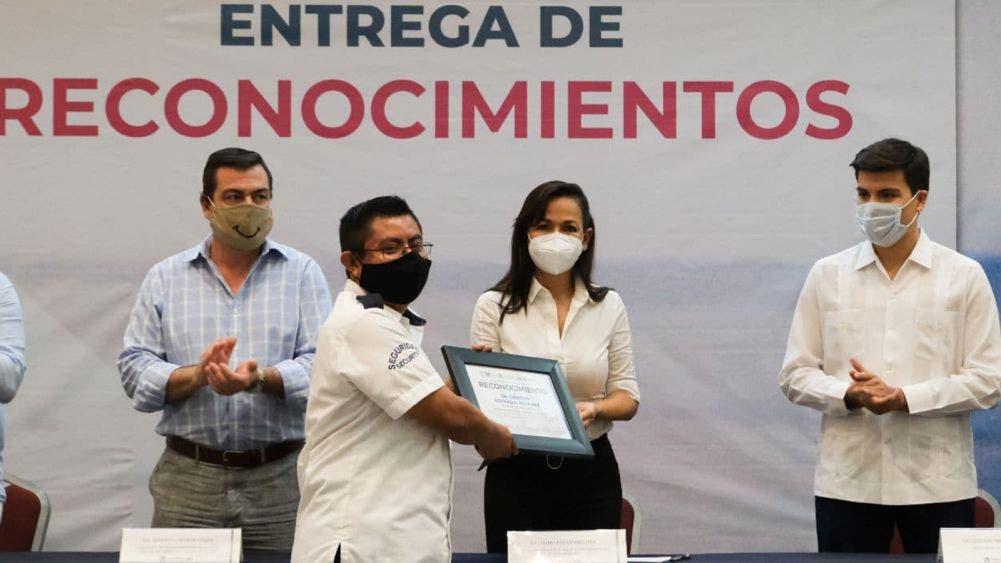 Entrega Laura Fernández reconocimientos a trabajadores de la industria turística de Puerto Morelos
