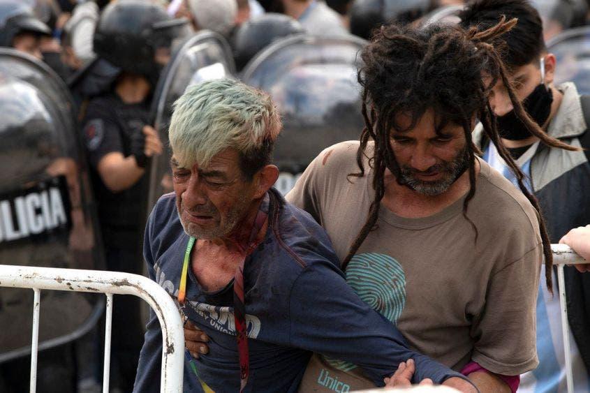 Personas mayores y sin cubrefocas se congregaron el velatorio de Diego Armando Maradona.