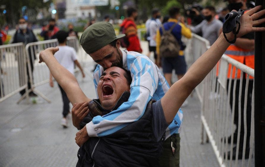 El amor a Maradona supera al miedo al Covid en Argentina, muchos simpatizantes acuden al funeral sin acatar las medidas sanitarias.