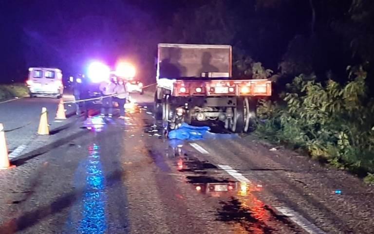 Sujeto fallece al impactarse contra un camión estacionado en la vía Mérida-Motul