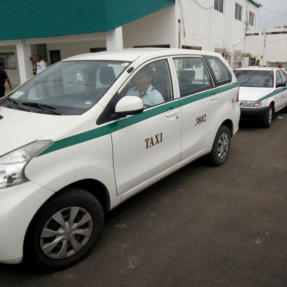 Taxistas de Cancún exigen se cumpla con el total de créditos a la palabra.