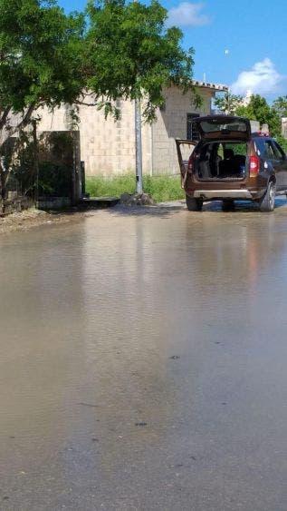 Fugas dejan sin agua potable a colonias de nueva creación en Cozumel; lagunas del vital líquido obligaron a CAPA a suspender el servicio.