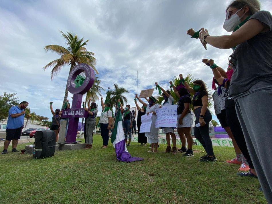 Se apoderan feministas del Congreso de Quintana Roo.