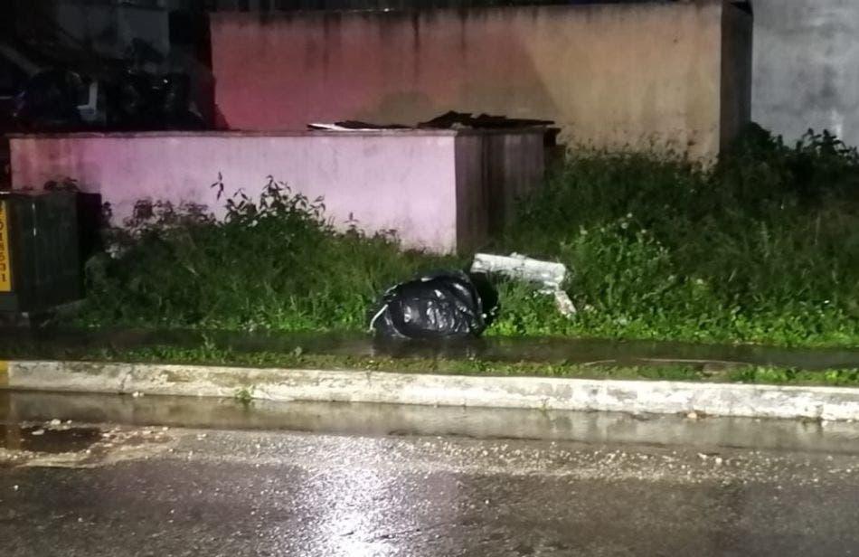 Hallan cadáver embolsado en la Supermanzana 107 de Cancún; sobre los restos humanos de un hombre dejaron una cartulina con un narcomensaje.