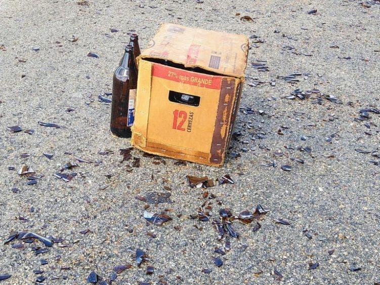 Caen cartones de cerveza en la vía Mérida-Chetumal