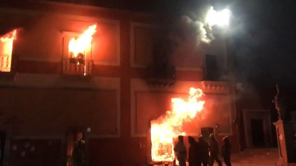 Video: Incendian palacio municipal por feminicidio de niña de 12 años en Zacatecas