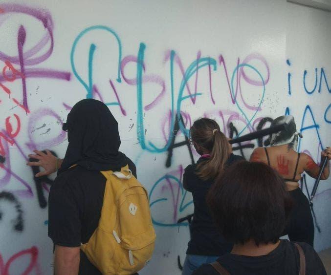 Manifestantes vandalizan Palacio Municipal de Cancún, incendian una oficina