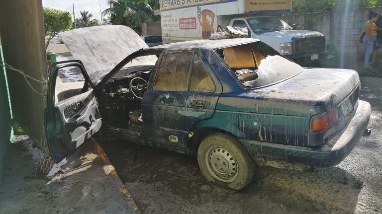 Pérdida total: Se incendia su auto al trasladar a su esposa e hija