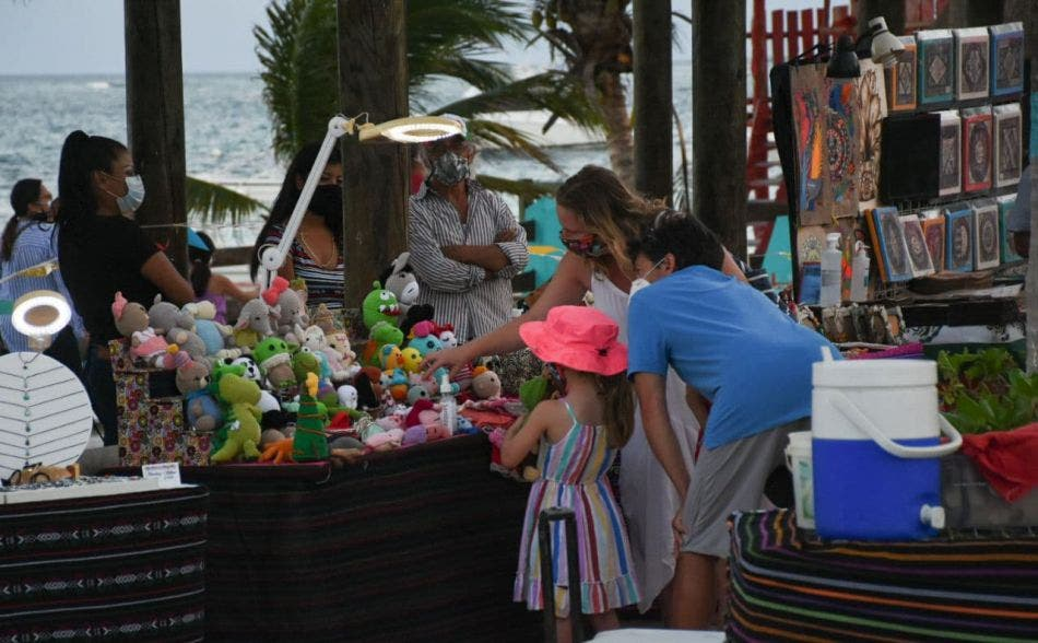 Continúa la promoción entre turistas para que incluyan visitas al centro de ventas, informa Héctor Tamayo, secretario de Desarrollo Económico y Turismo