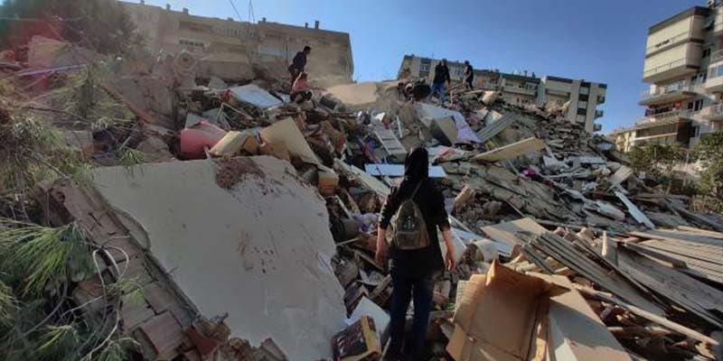 Rescatan a anciano que estuvo 34 horas entre escombros en Turquía