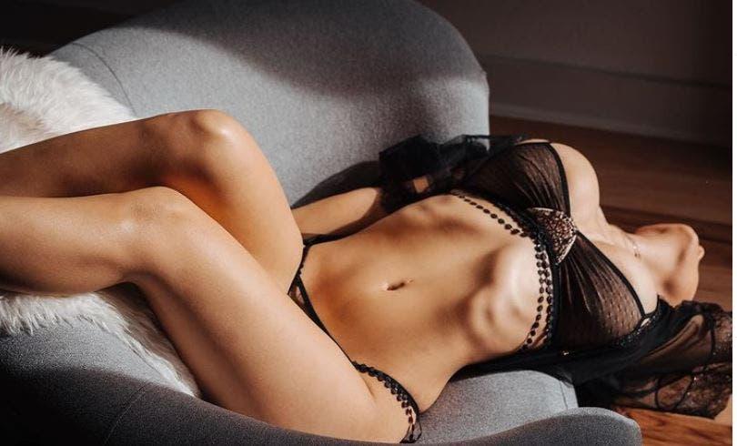 Famosa modelo posa con ajustadito y provocador vestido transparente
