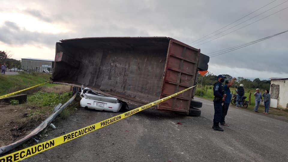 Fatal accidente en Tabasco; tráiler derriba puente y aplasta a un auto.