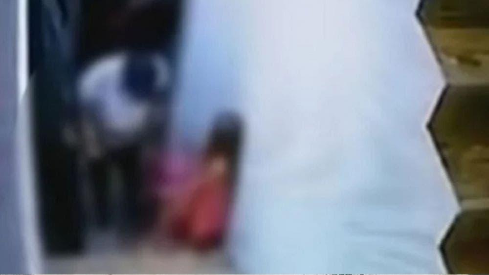 Cámaras captan a hombre abusando de una niña en plena Navidad
