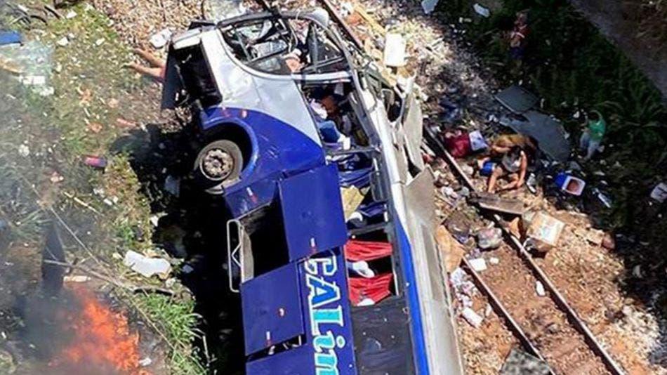 Cae autobús de pasajeros a barraco; más de una decena de muertos