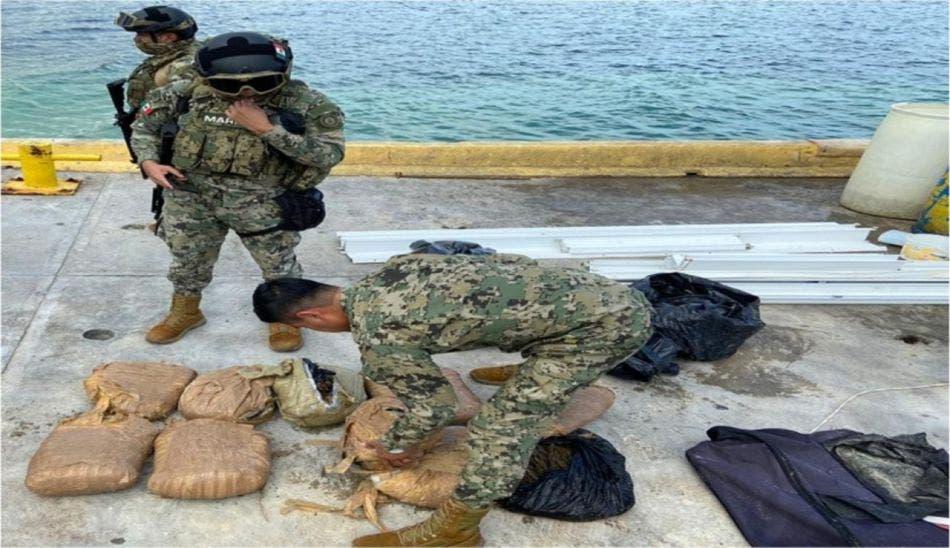 Aseguran marinos maleta con droga en Banco Chinchorro.