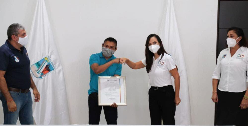 La Presidenta Municipal formula un reconocimiento al ex pugilista profesional y ahora mánager y promotor por todo el trabajo realizado en el municipio