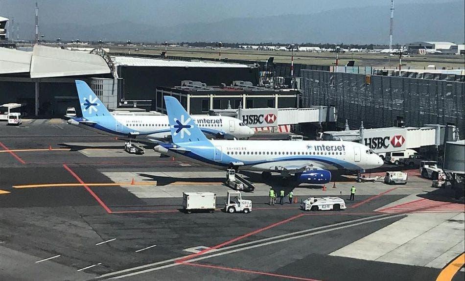 Interjet vuelve a 'dejar en el aire' a sus pasajeros.