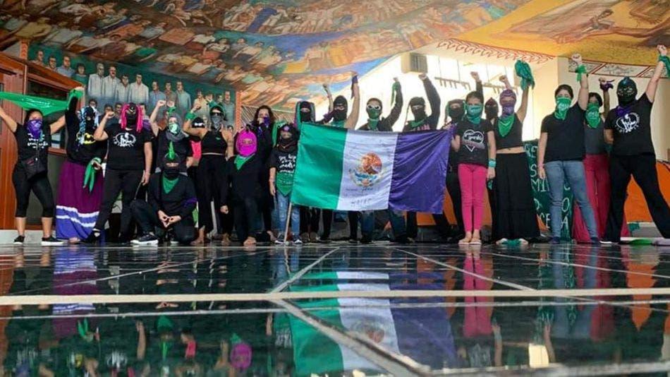"""Se """"amachan"""" feministas pro aborto en Congreso de Quintana Roo"""