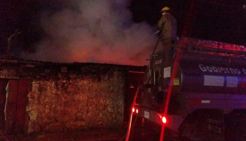 Veladora causa un incendio en una bodega de Peto