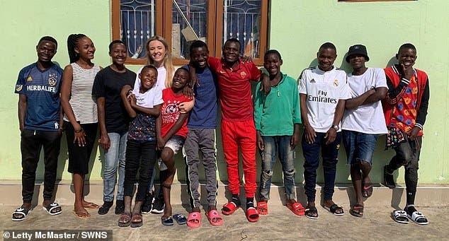 Adolescente va de voluntaria a Tanzania y termina con 14 hijos