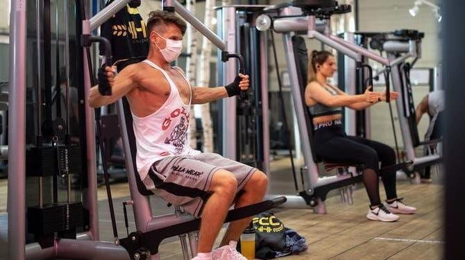 Pide la OMS no usar mascarilla durante entrenamiento físico