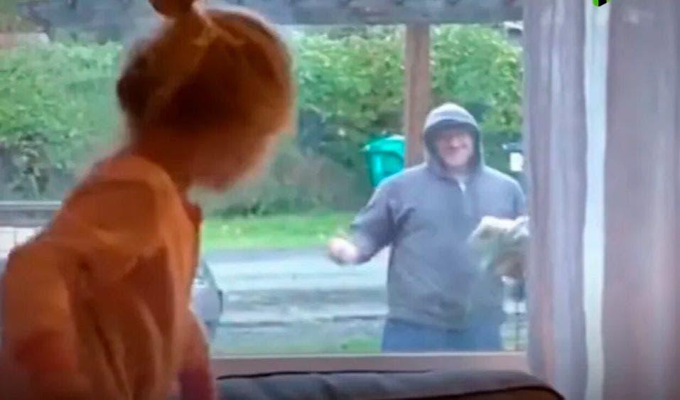 Video: Baile de adorable niña y un cartero se viraliza